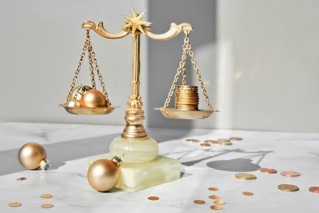 Kosten des weihnachtsferienkonzepts. waage, vintage waage mit stapel münzen auf marmor.