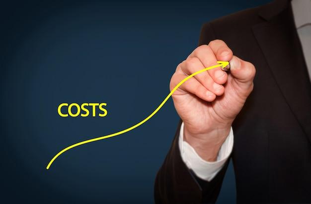 Kosten erhöhen, geschäftskonzept. geschäftsmann zeichnen einfache grafik mit aufsteigender kurve