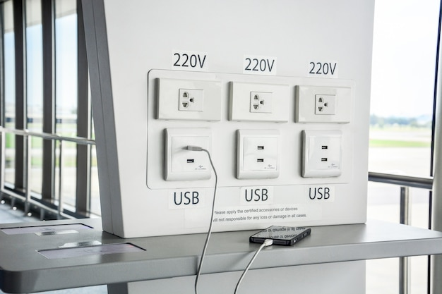 Kostenlose batterieladestation im flughafenterminal für reisende