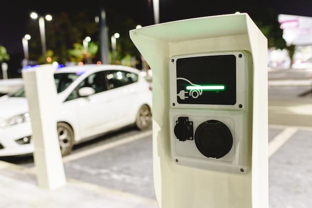Kostenloses öffentliches ladegerät für elektrofahrzeuge zur kostenlosen nutzung für supermarktkunden.