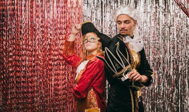 Kostümierte freunde an der karnevalsparty