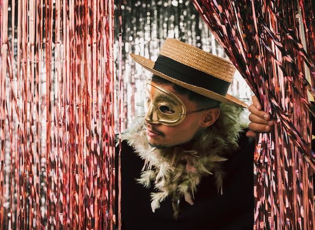 Kostümierter mann des hohen winkels an der karnevalsparty