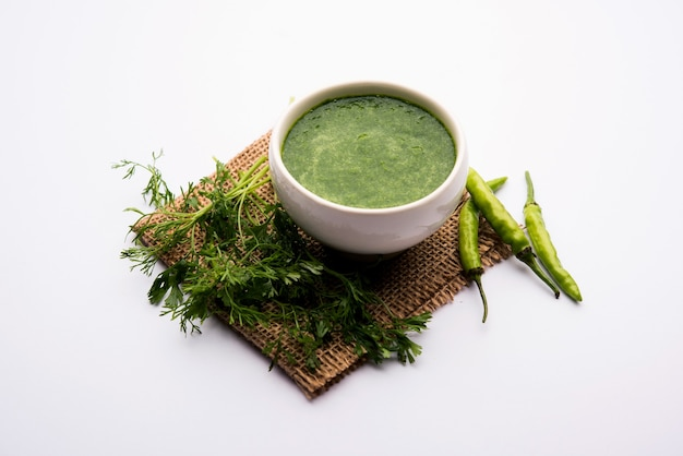 Kothimbir oder dhaniya chutney aus koriander oder koriander mit chili, serviert in einer schüssel.