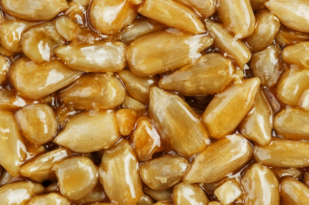 Kozinaki aus goldenen, gerösteten sonnenblumenkernen. makroaufnahmen,