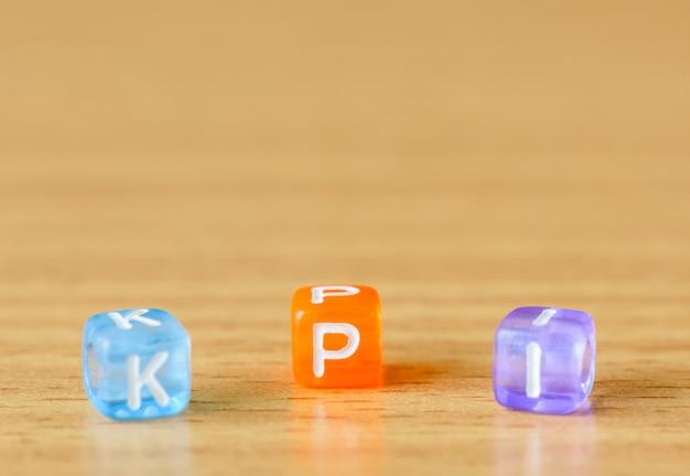 Kpi - key performance indicator auf dem tabellenhintergrund. business-leistungs-konzept.