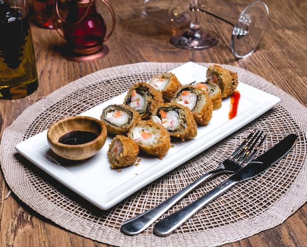 Krabben maki lachs reiscracker wasabi ingwer seitenansicht