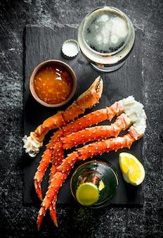 Krabben mit bier und sauce. auf dunklem rustikalem tisch