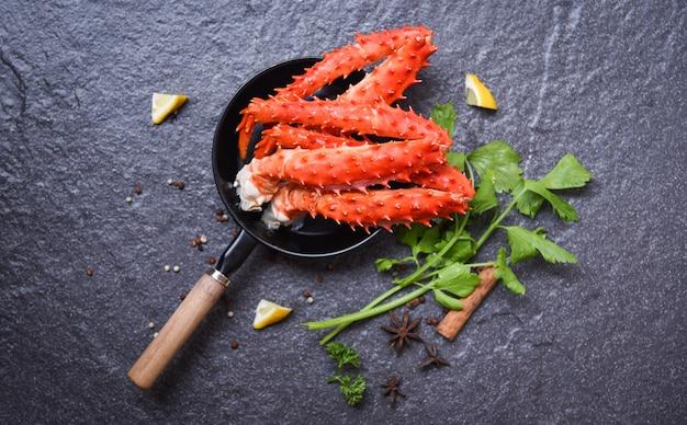 Krabbenbeine im topf auf dunklem hintergrund alaskan king krabben hokkaido meeresfrüchte gekocht zitronenkräuter und gewürze