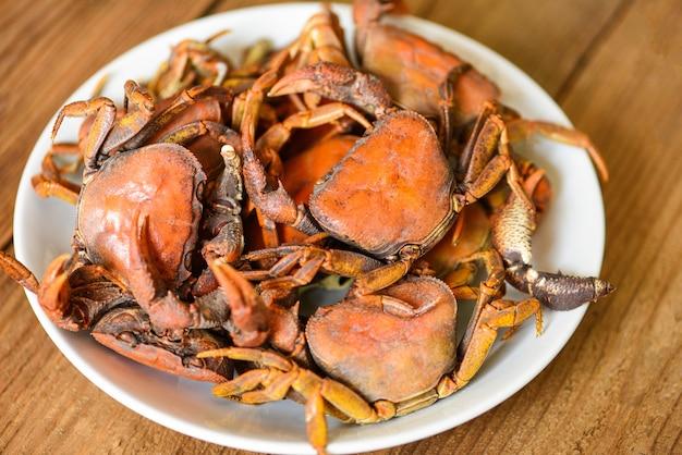 Krabbengedämpftes essen, frischer krabbenfelsen wilder süßwasserkoch auf weißem teller, waldkrabben oder steinkrabbenfluss