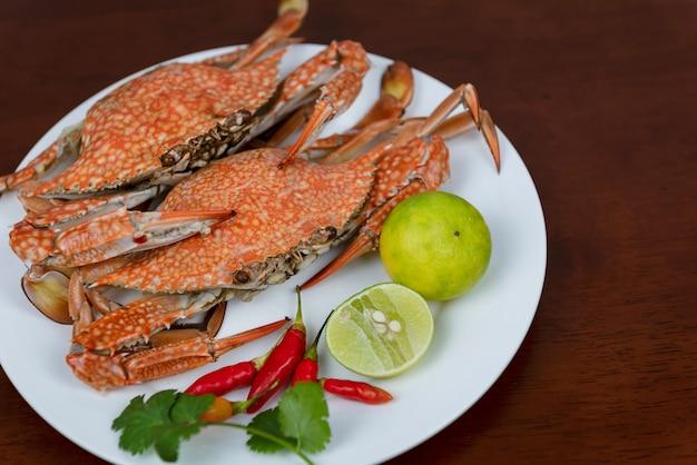 Krabbennahaufnahme mit thailändischer meeresfrüchte-dip auf einer platte, auf einem hölzernen hintergrund