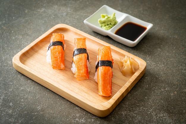Krabbenstäbchen sushi auf holzplatte - japanische küche