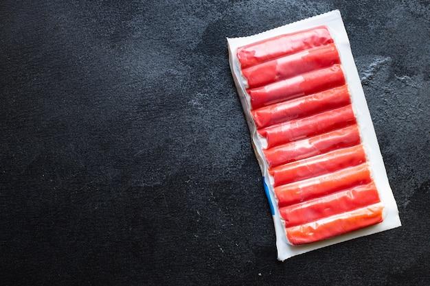 Krabbenstangen meeresfrüchte halbfertiges fischhackfleisch bereit zu kochen und diät pescetarian zu essen