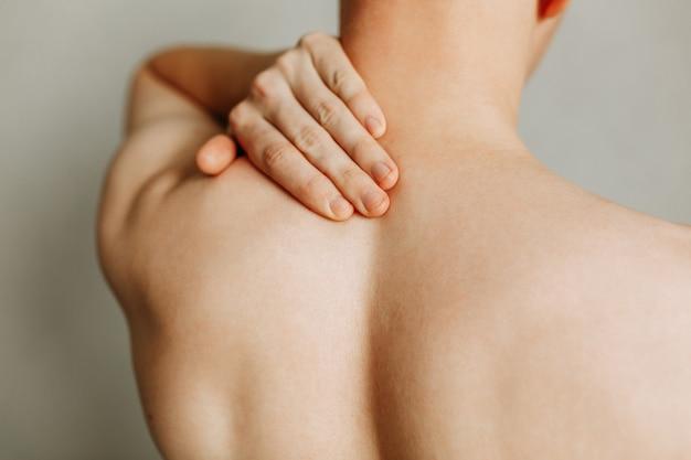 Krämpfe am rücken des mannes verletzungen der wirbelsäule und ermüdung des unteren rückens bei der arbeit bereich der verletzung