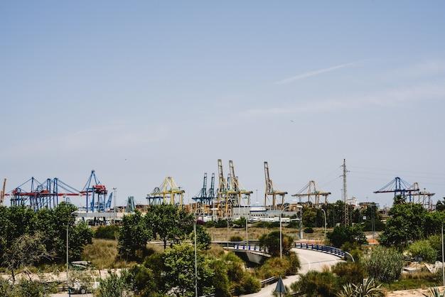 Kräne von hafenarbeitern im seehafen von valencia im mittelmeer