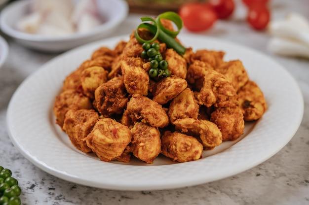 Kräuter gebratenes huhn mit chili, tomate, gurke, karotte und frischem pfeffer.