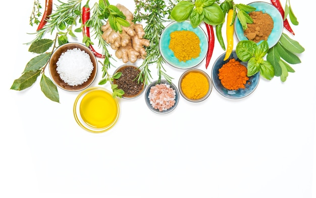 Kräuter gewürze. curry, kurkuma, ingwer, rosmarin, basilikum, minze. lebensmittelhintergrund