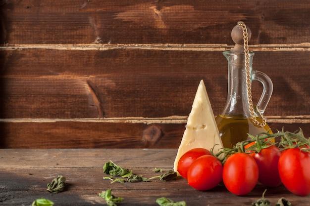 Kräuter, öl, tomaten und käse