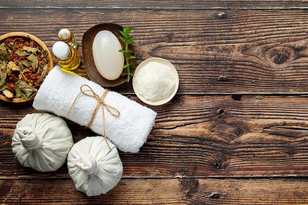 Kräuter-spa-behandlungsgeräte auf holzboden