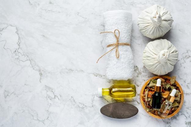 Kräuter-spa-behandlungsgeräte auf weißem marmorboden
