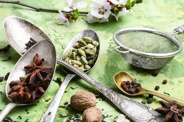 Kräuter und gewürze für tonic tee