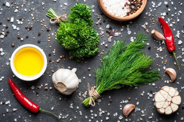 Kräuter und gewürze petersilie, dill, knoblauch, olivenöl und pfeffer