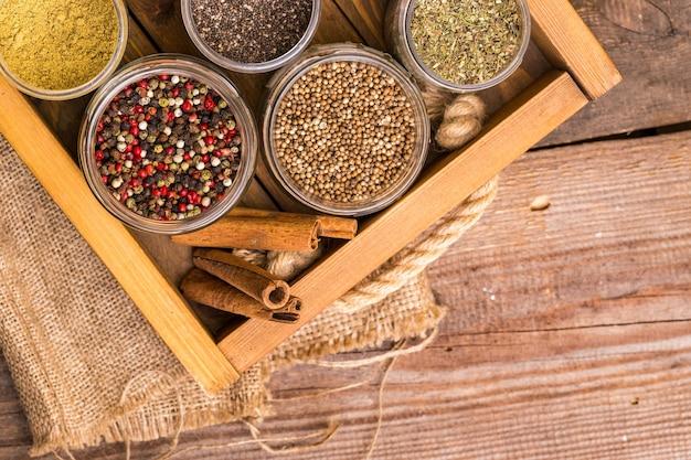 Kräuter und gewürze. zimt, pfeffermischung, leinsamen, chia und koriander in der gewürzschublade.