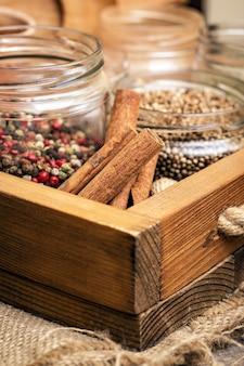 Kräuter und gewürze. zimt, pfeffermischung und koriander in der gewürzschublade.
