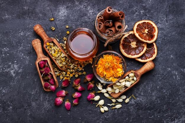 Kräuter und trockene blumen für gesunden tee