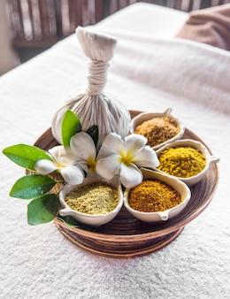 Kräuterball-massage für heiße kompressen