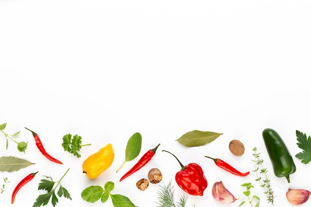 Kräuterblätter und chili auf weiß würzen
