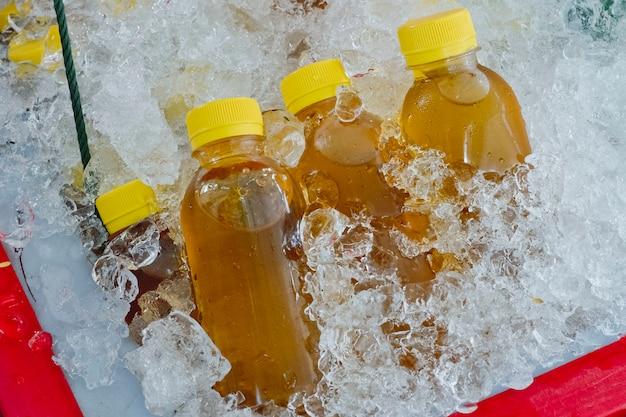 Kräutergetränk chrysanthementee in der plastikflasche auf eis