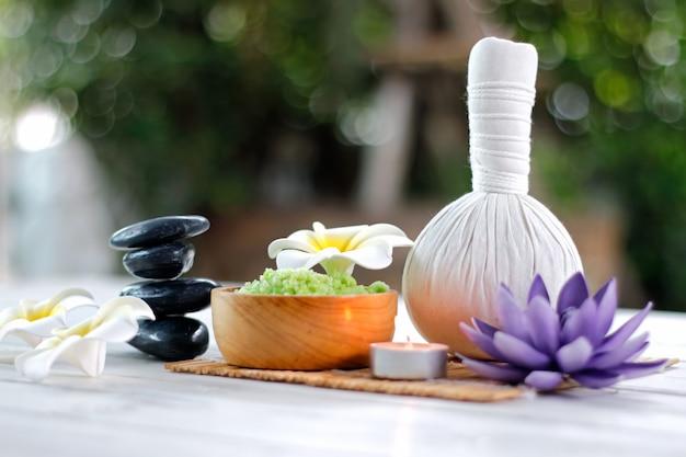 Kräuterkompressionsball zur behandlung des spa-aromas