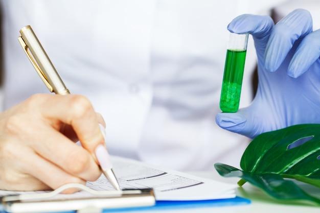 Kräutermedizin. herstellung und verpackung von kosmetischen produkten. feuchtigkeitsspendende gesichtskosmetik. beauty-produkt-konzept, arzt und medizin-experimente