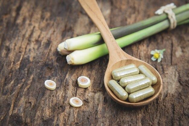 Kräutermedizin in kapseln mit bio-kraut für gesunde ernährung