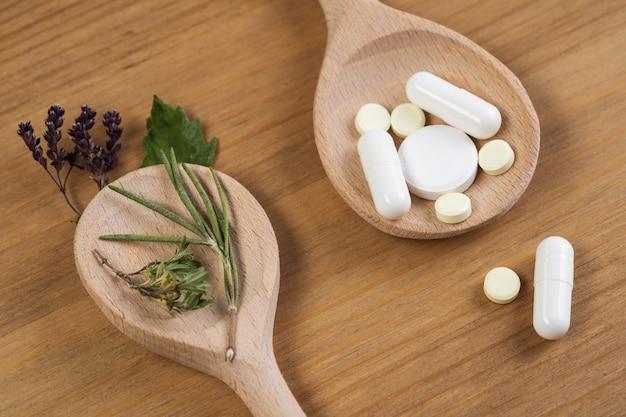 Kräutermedizin tablette und getrocknete kräuter.