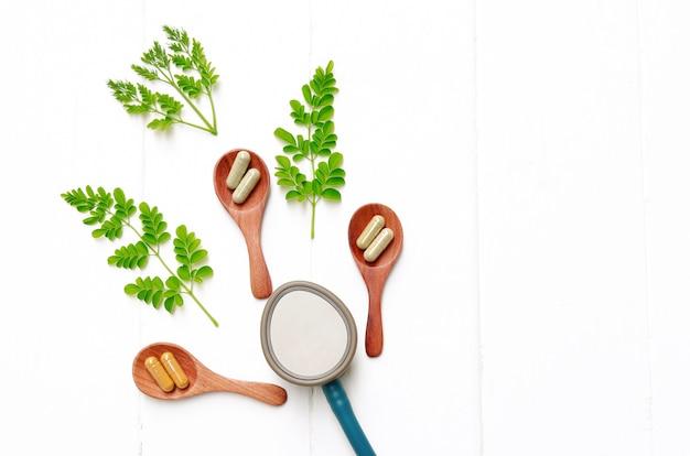 Kräuterpulver in kapseln vom kraut zum gesunden essen