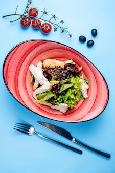 Kräutersalat mit fleisch und beilagentomaten
