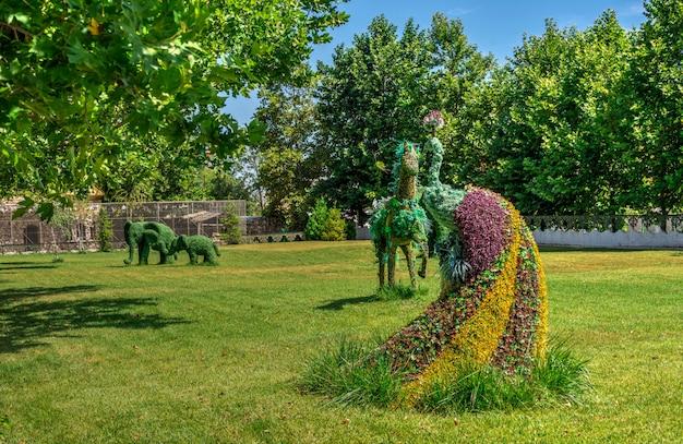 Kräuterskulpturen im park von ravadinovo-schloss, bulgarien