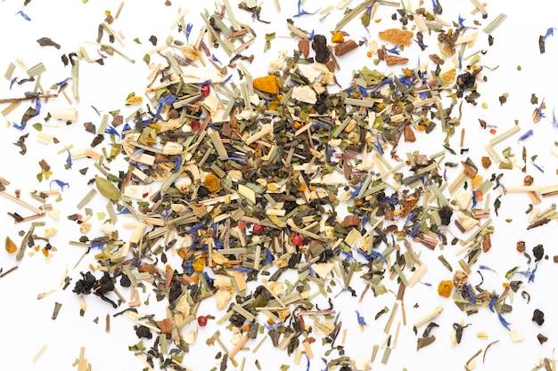 Kräutertee auf weißem hintergrund. obst und kräuter, tee, kurkuma, ingwer draufsicht.