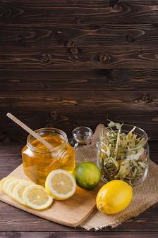 Kräutertee mit zitrone und honig