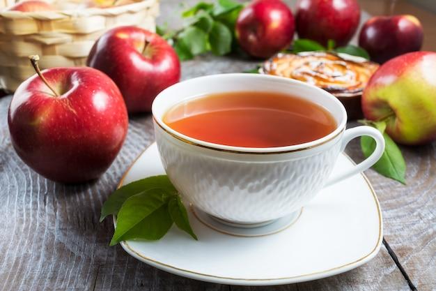 Kräutertee tasse und apfelkuchen