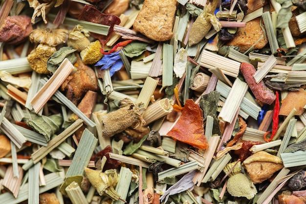 Kräutertee textur hintergrund der alpenwiese. mischen sie tee mit getrockneten früchten und getrockneten blumen. tee hintergrund