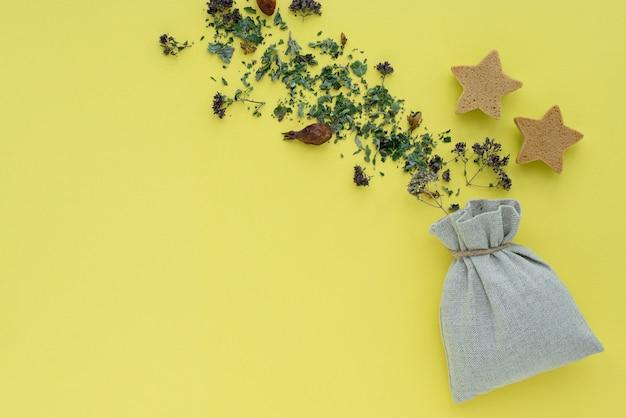 Kräutertee, trockene pflanzen und blumen, oregano und minzvitamingetränk in einem leinentaschenhintergrund