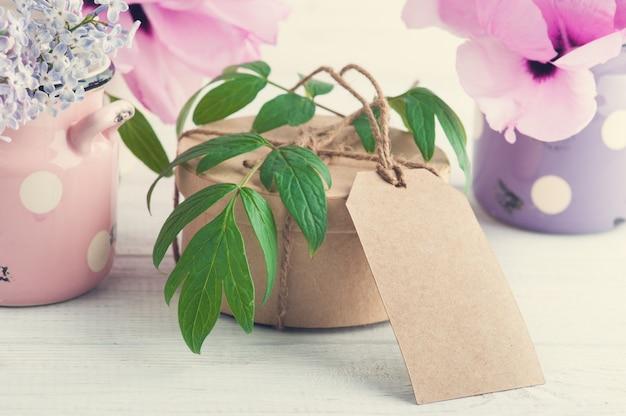 Kraft geschenkbox, pfingstrosen und lila blüten