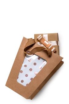 Kraft papiertüte mit geschenk für weihnachten