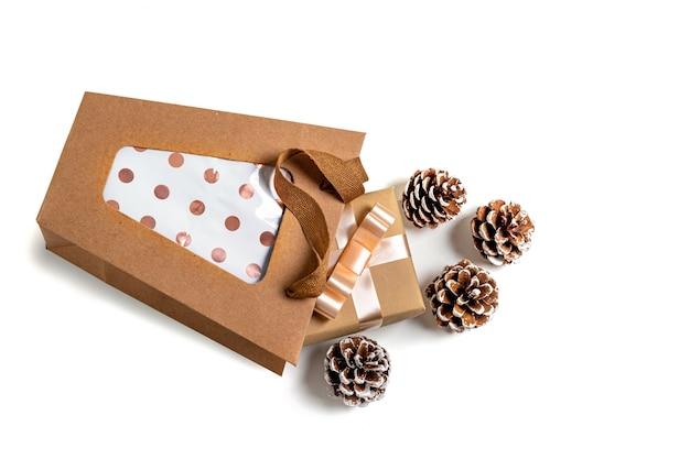 Kraft papiertüte und geschenk- und tannenzapfen