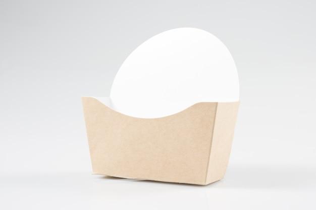 Kraftpapier-fischrogenkasten auf weiß
