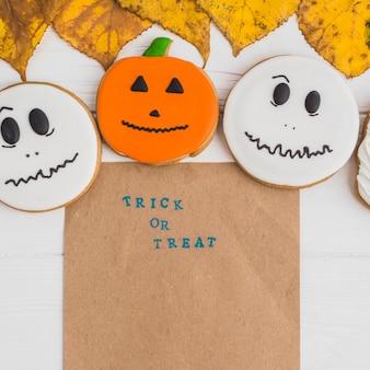 Kraftpapier in der nähe von halloween lebkuchen und blätter