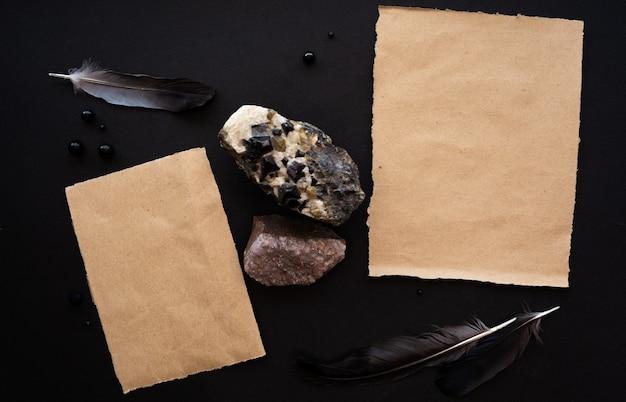 Kraftpapier-mockup-vorlage auf schwarzem hintergrund mit magischer mysteriöser stimmung