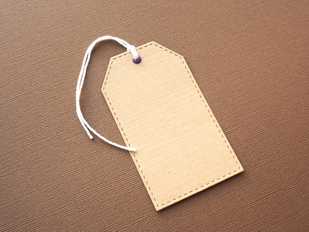 Kraftpapieraufkleber auf braunem strukturellem papier